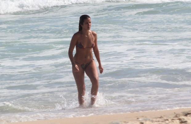 Paula Morais mergulha no mar do Leblon (Foto: J.Humberto / AgNews)