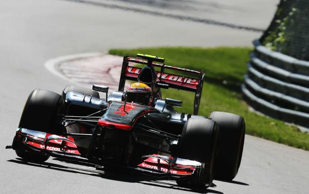 Lewis Hamilton aciona asa móvel (DRS) no GP do Canadá (Foto: Getty Images)