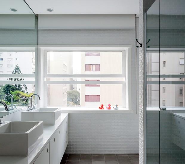 Banheiro | Como a área era de um quarto, o ambiente ficou com janela tipo guilhotina. A bancada de marmoglass da S2R ocupa toda a largura da parede com espelho. As outras têm pastilhas de cerâmica, 2,5 x 5 cm, da Atlas (Foto: Fran Parente)