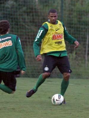 Pereira disputa bola com Lincoln -  treino coritiba em Atibaia (Foto: Rodrigo Weinhardt / Divulgação Coritiba)