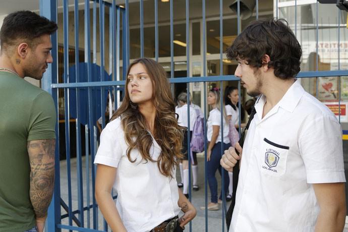 Alina encontra Luan e Uod na porta do colégio e fica furiosa quando descobre de onde eles estão vindo (Foto: Fabio Rocha/Gshow)
