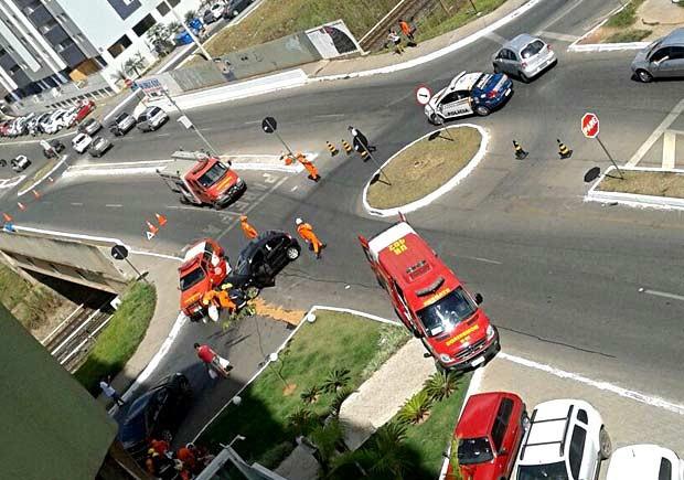 Carros batem em cruzamento de Águas Claras, no DF (Foto: Julia Lopes/G1)