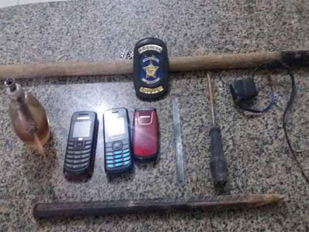Aparelhos de celular e carregadores foram apreendidos (Foto: Ascom/ PC-AL)
