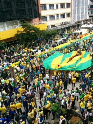Em Curitiba, os manifestantes se reuniram na Boca Maldita (Foto: Maria Eduarda Lass / RPC)