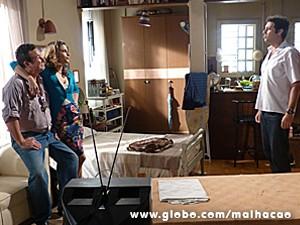 Luciana finge que está namorando (Foto: Malhação / TV Globo)