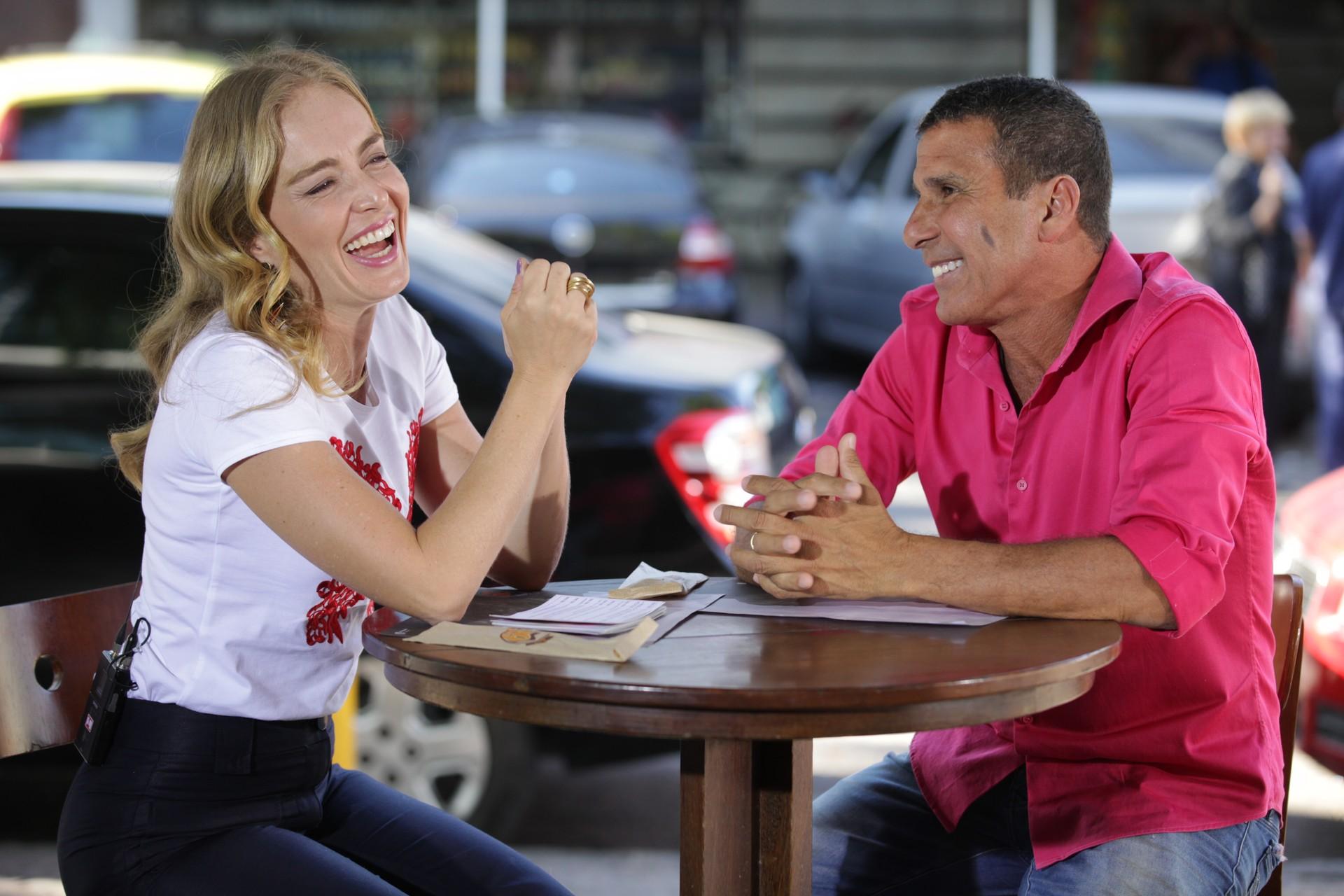Angélica numa conversa com Eri Johnson (Foto: Estrelas/TV Globo)