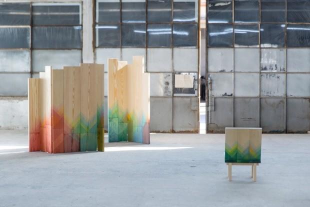 Coleção Herrinbones, do estúdio inglês Raw Edges. Suas ripas de madeira mergulham em camadas suaves de tinta, em degradê até a cor total (Foto: Divulgação)
