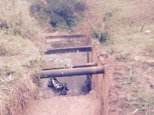 Motociclista e passageiro cairam em uma galeria de esgoto  (Foto: Arquivo pessoal)