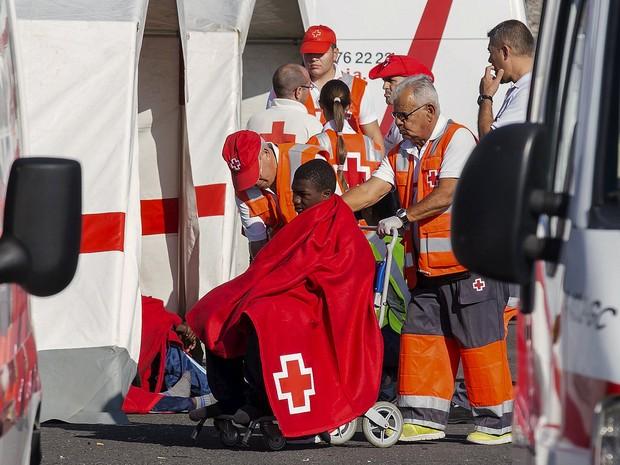 Migrante africano é atendido pela Cruz Vermelha após ser resgatado perto das Ilhas Canárias nesta segunda-feira (7) (Foto: Borja Suarez/Reuters)