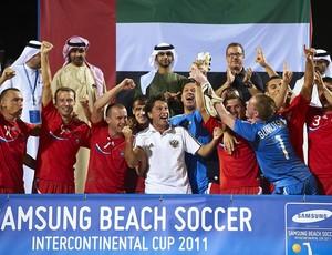 Russia comemora o tituilo do Torneio de Dubai futebol de areia com os sheiks nos Emirados Árabes (Foto: Divulgação/BSWW)