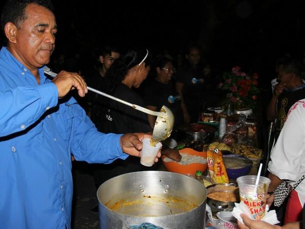 Grupo realiza ceia para moradores de rua, em Manaus (Foto: Marcos Dantas/G1 AM)