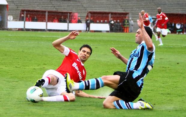 Kleber e Bolívar disputam bola no Gre-Nal (Foto: Lucas Uebel/Divulgação, Grêmio)