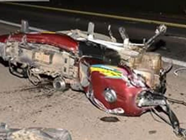 Moto em que as vítimas estavam na hora do acidente (Foto: Reprodução / TV TEM)