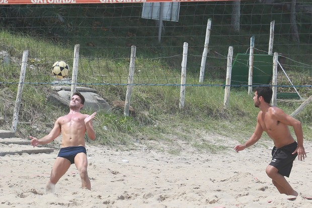 Rafael jogando futevôlei (Foto: Dilson Silva / AgNews)