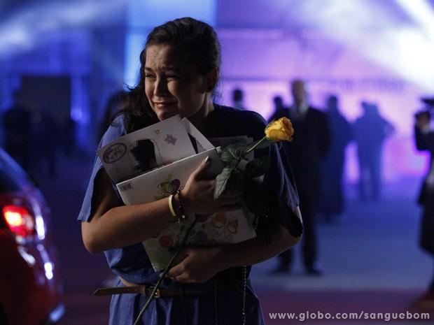 Ela cai no choro! (Foto: Sangue Bom/TV Globo)