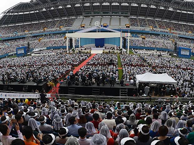 Estádio onde missa foi celebrada ficou repleto de fiéis na Coreia do Sul (Foto: Vincenzo Pinto/AFP)
