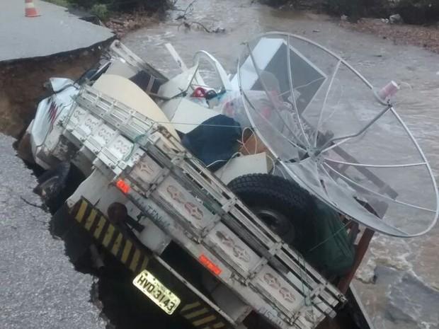 Asfalto cedeu com caminhão de mudanças no interior do RN (Foto: Divulgação/PM)