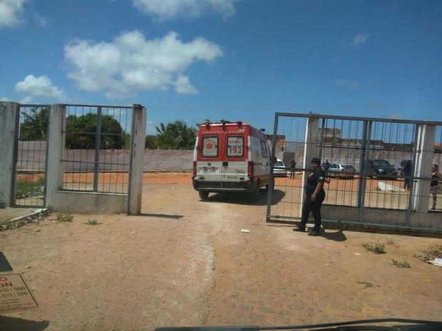 Preso baleado sai de Alcaçuz em ambulância (Foto: Anderson Barbosa/G1)