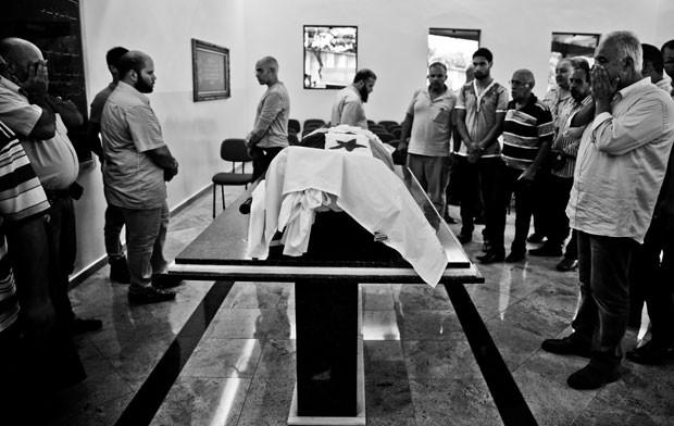 Amigos velam o corpo de Mohamed (Foto: Gabriel Chaim/G1)