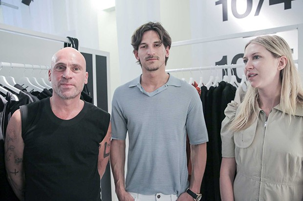 Maurice Terzini (left) and Lucy Hinkfus of Ten Pieces with Australian model Jarrod Scott (Foto: @SUZYMENKESVOGUE)
