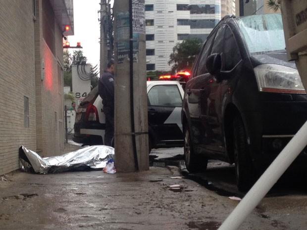 Corpo de homem assassinado ao voltar do almoço na região da Avenida Luís Carlos Berrini (Foto: Glauco Araújo/G1)