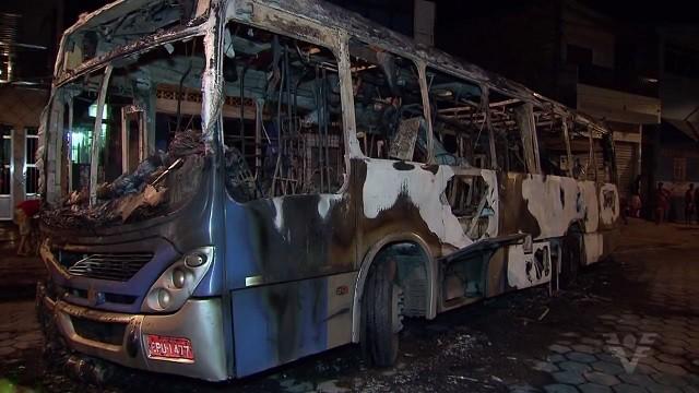 Ônibus é incendiado em São Vicente (Foto: Reprodução/TV Tribuna)