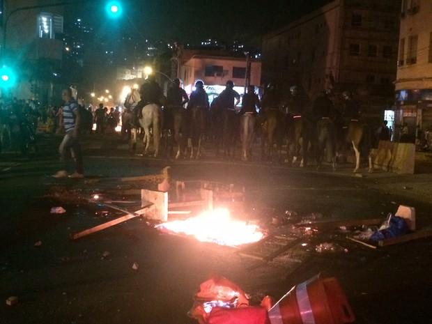 Manifestantes fazem barricada com fogo em ruas próximas à Central do Brasil (Foto: G1)