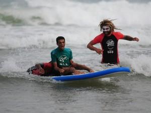 Ezequiel Rodrigues, cadeirante e aluno da escolinha acompanhado por instrutores. (Foto: Gonzalo Arselli)