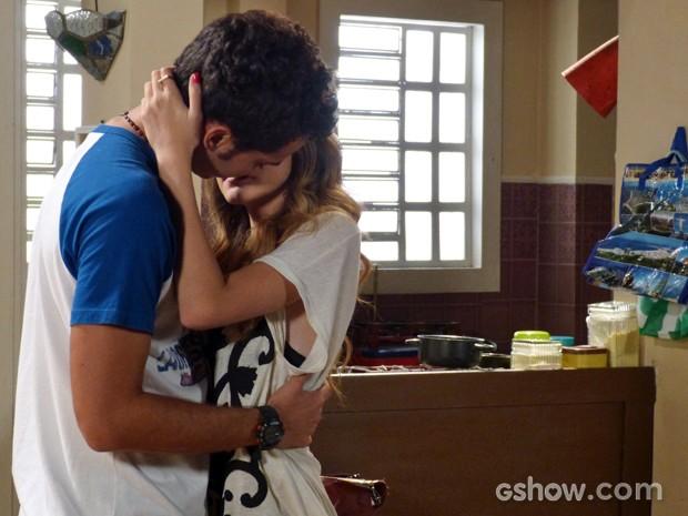 Sofia não perdoa e tasca o maior beijão em Ben (Foto: Malhação / TV Globo)