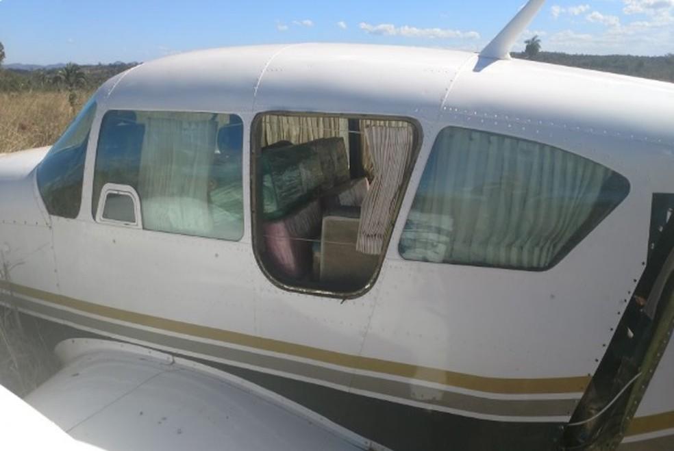 Avião carregado de cocaína é interceptado pela FAB (Foto: PMGO/Divulgação)