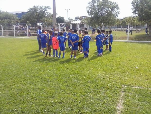 Além de correr, Alfredo dá aulas de futebol em Poliesportivo da cidade (Foto: Alfredo Cazuza/Arquivo Pessoal)
