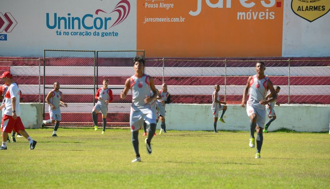 Tricordiano treina no estádio Elias Arbex, em Três Corações (Foto: Régis Melo)