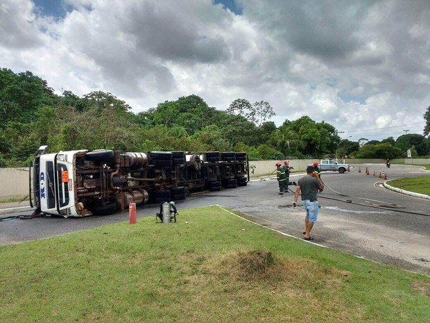 Tanque de combustível foi perfurado e a pista ficou tomada por óleo diesel. (Foto: Ronan Frias/ TV Liberal)