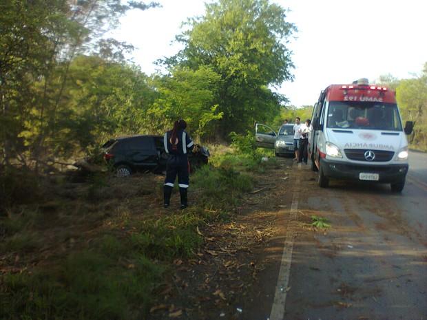 Carro capotou três vezes e saiu da pista (Foto: Divulgação / Samu)