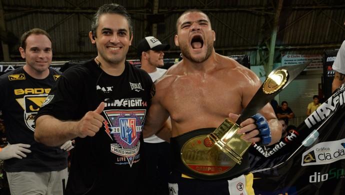 Wagner Caldeirão com cinturão do Max Fight MMA (Foto: Alexandre Valle/Divulgação)