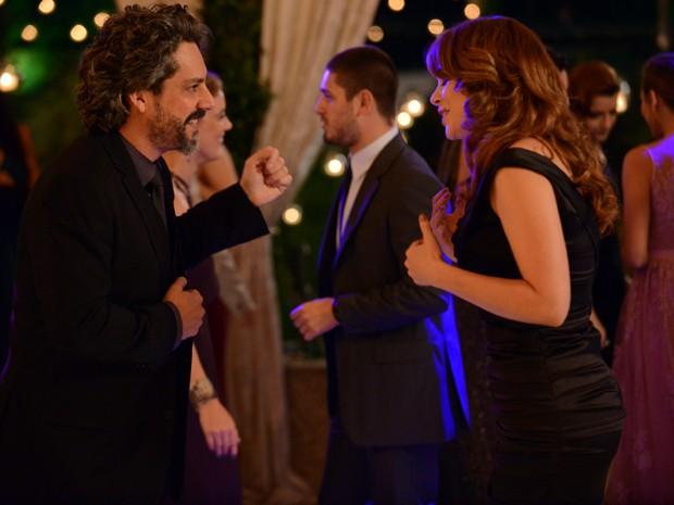 José Alfredo consegue convencer Cristina a dançar com ele novamente (Foto: Raphael Dias / TV Globo)