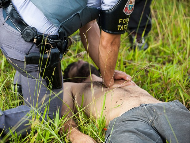 Policial Militar faz massagem cardíaca em homem suspeito de assaltar uma mulher em Franca (Foto: Rafa Mendes/ Arquivo Pessoal)