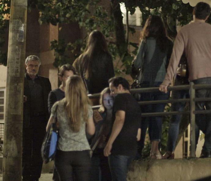 Guido observa de longe ex-mulher (Foto: TV Globo)