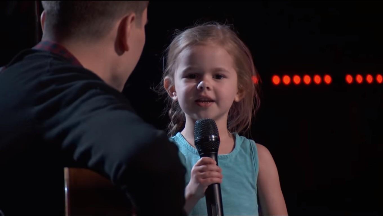 Claire cantando ao lado do pai no palco do 'The Voice' (Foto: Divulgação)