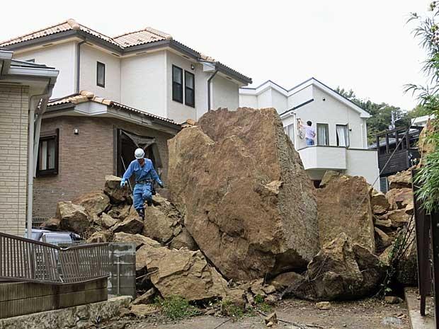 Tufão castigou montanhas e fez rolar pedras gigantes na direção de área residencial em Kamakura, a sudoeste de Tóquio. (Foto: Kyodo News / Via AP Photo)