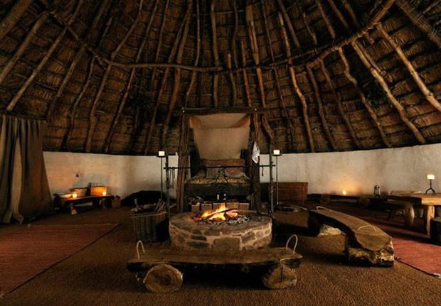O interior da cabana, que fica em uma região rural da Inglaterra (Foto: Upcott Roundhouse/Divulgação)
