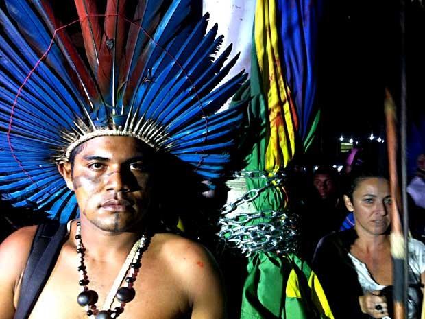 Índio que estava acorrentando a poste durante protesto (Foto: Lucas Salomão/G1)