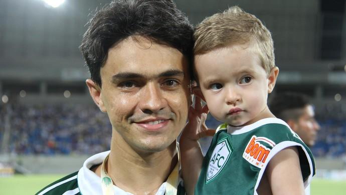 O juiz Marcus Vinícius entrou em campo com filho Joaquim na inauguração da Arena das Dunas (Foto: Gabriel Peres/Divulgação)