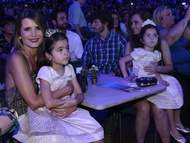 Flávia Camargo, com as filhas isabela e Elena (Foto: Rafael Cusato/Photo Rio News)