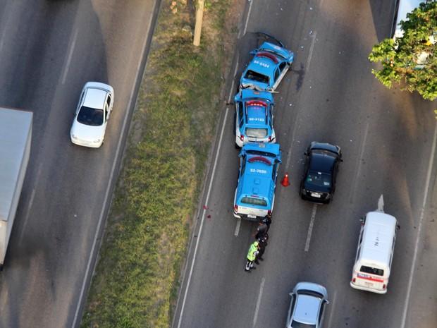 Pelo menos três carros ficaram presos (Foto: Carlos Eduardo Cardosos / Agência O Dia / Estadão Conteúdo)