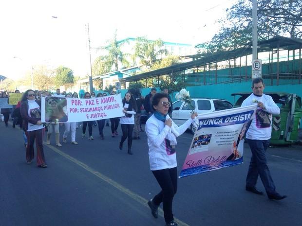 Moradores de Santa Maria fizeram caminhada pedindo paz, segurança e justiça pela morte de Shelli Vidotto, de 27 anos, morta em assalto (Foto: Tiago Guedes/RBS TV)