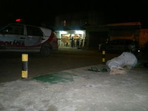 Homem foi assassinado a tiros na calçada  (Foto: Derek Gustavo/G1)