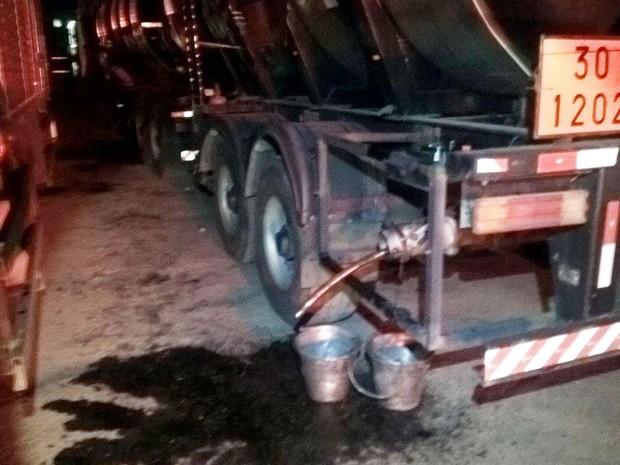 Três foram presos após flagrante de furto de combustível (Foto: Divulgação/Polícia Rodoviária Federal)
