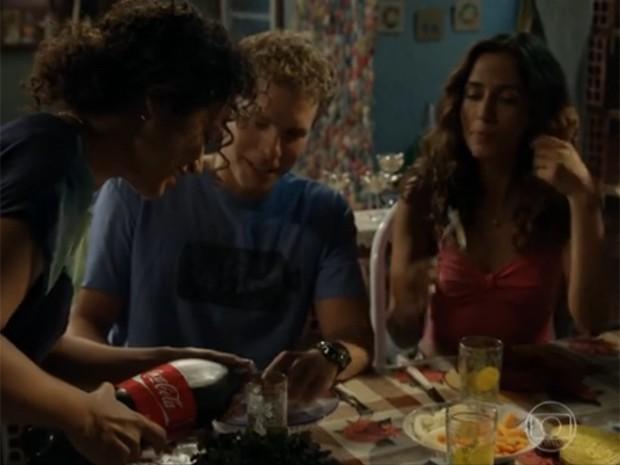 Vinícius fica para o jantar na casa de Regina (Foto: Divulgação/TV Globo)