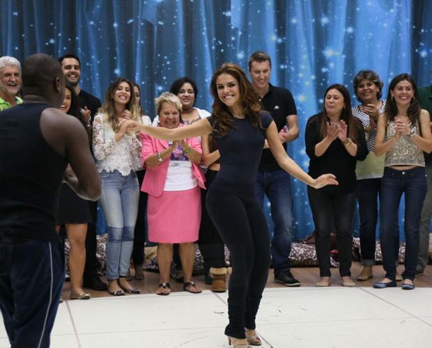 Paloma Bernardi dança na sala de ensaios (Foto: Carol Caminha/ Gshow)